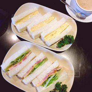 白いお皿の上のサンドイッチの写真・画像素材[1057104]