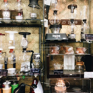 コーヒーショップのサイフォンとドリッパーたちの写真・画像素材[1060229]