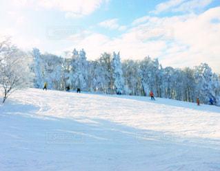 雪とスノーボーダーの写真・画像素材[1075355]