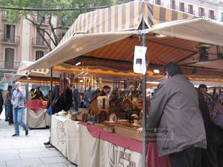 店の外に立っている人々 のグループの写真・画像素材[1107733]
