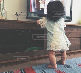 テレビの前に立っている女の子の写真・画像素材[1282681]