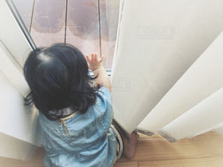 部屋に立っている女の子の写真・画像素材[1396170]