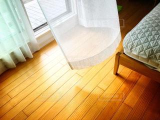 木製の床の寝室の写真・画像素材[1403529]