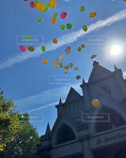 建物に凧の飛行の人々 のグループの写真・画像素材[1535905]