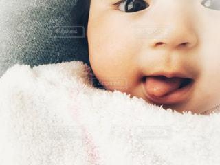 近くに赤ちゃんのアップの写真・画像素材[1541715]