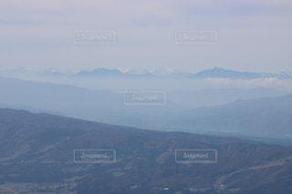 背景の大きな山のビューの写真・画像素材[1045769]