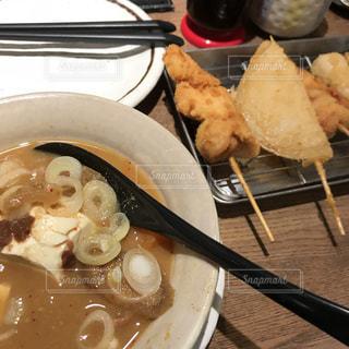 テーブルの上に食べ物のプレートの写真・画像素材[1684317]
