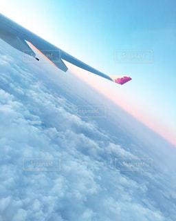 空を飛んでいる飛行機の写真・画像素材[1046056]