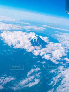空を飛んでいる飛行機の写真・画像素材[1046177]