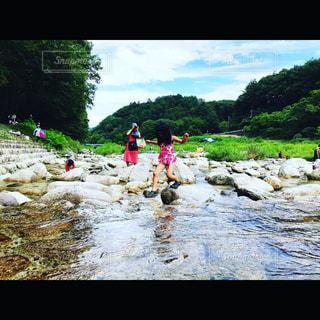 川遊びする女の子の写真・画像素材[1046388]