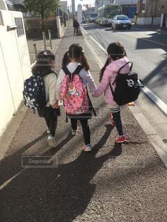 仲良し女の子三人組の後ろ姿!の写真・画像素材[1046938]
