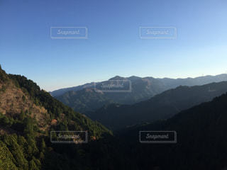 背景の大きな山のビューの写真・画像素材[1046479]