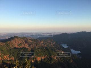 背景の大きな山のビューの写真・画像素材[1046480]