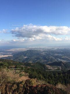 背景の大きな山のビューの写真・画像素材[1046487]