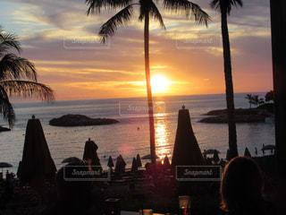 ハワイ アウラニのサンセットビーチの写真・画像素材[1046841]