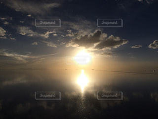 ウユニ塩湖夕暮れの写真・画像素材[1050459]