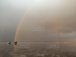 ウユニ塩湖で虹の写真・画像素材[1050483]