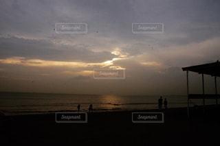 ビーチに沈む夕日の写真・画像素材[1047020]