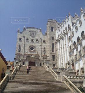 街にそびえる大きな教会の写真・画像素材[1048086]
