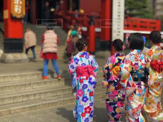 通りを歩いて女性のグループの写真・画像素材[1060783]