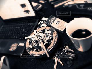 近くにコーヒー カップのアップの写真・画像素材[1047548]