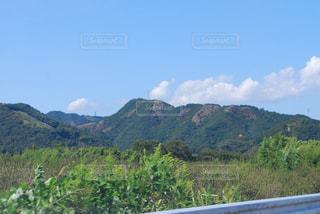 背景の大きな原始的な山の写真・画像素材[1054101]