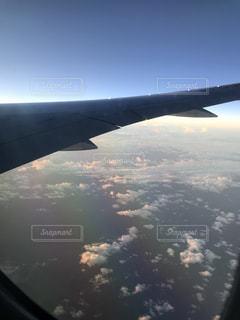 大型旅客機の窓から飛んでの写真・画像素材[1047756]