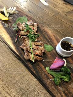木製のテーブルの上に食べ物の写真・画像素材[1047911]