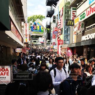 通りを歩く人々 の群衆の写真・画像素材[1047815]