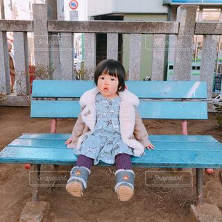 ベンチに座っている小さな子供の写真・画像素材[1047853]