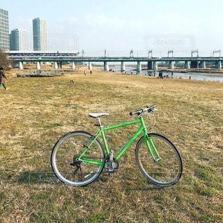 フィールドに止めた自転車の写真・画像素材[1047856]