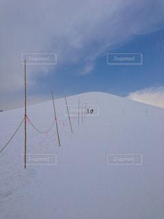 雪に覆われた斜面を登っていく人々の写真・画像素材[1080806]