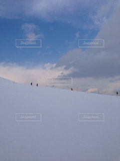 雪の積もった社員を登っていく人々の写真・画像素材[1080807]