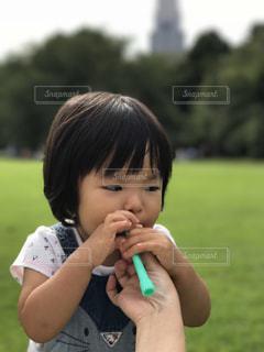 シャボン玉をする女の子の写真・画像素材[1081635]