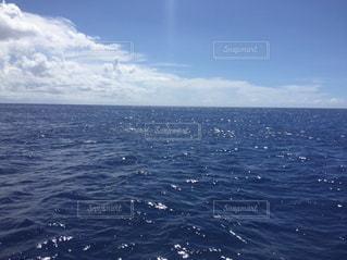濃く深い青色の海の写真・画像素材[1053101]