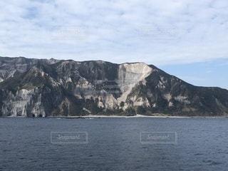 背景の山と水の大きな体の写真・画像素材[1048333]