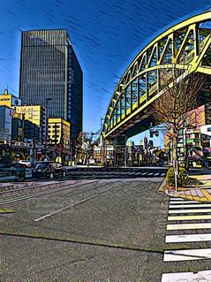 橋の上の大きな長い列車の写真・画像素材[1051036]