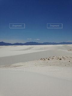 ホワイト サンズ国定モニュメントとバック グラウンドで雪に覆われたビーチの写真・画像素材[1050628]