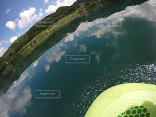 鏡のような湖でSUPの写真・画像素材[1048278]