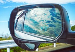ミラーに映る青の世界の写真・画像素材[1049078]
