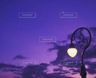 夕焼け空に灯す光の写真・画像素材[1049085]