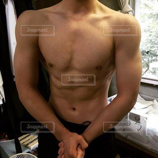 胸トレ後の学生の写真・画像素材[1048576]