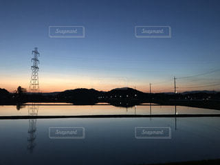 田んぼの水に反射する景色の写真・画像素材[1049657]
