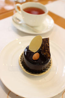お茶の時間にチョコレートケーキの写真・画像素材[1051102]