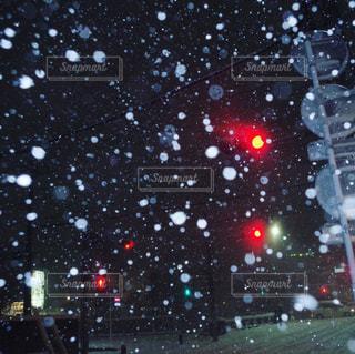 雪の夜の赤信号の写真・画像素材[1049591]