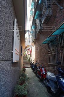 路地裏に、ねむる。の写真・画像素材[1051217]