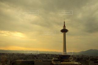 ガラス越しの京都タワーの写真・画像素材[149333]