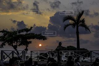 夕暮れの時のビーチを背にライブの写真・画像素材[1385353]