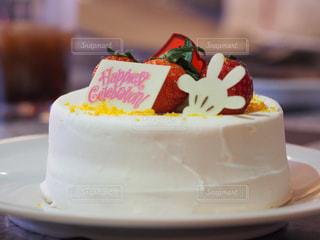 テーブルにバースデー ケーキのプレートの写真・画像素材[1683790]