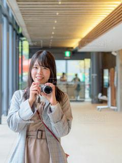 カメラ目線でカメラを構える女性の写真・画像素材[2030436]